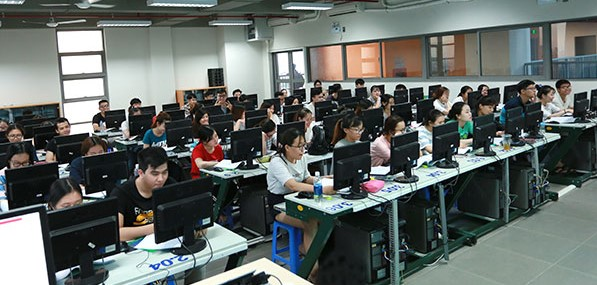 Freshmen of the Faculty of Finance and Accounting have just adapted to online learning method